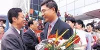 2004年,尹弘援藏归来[右] - News.Sina.com.Cn