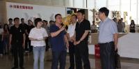 省政府副秘书长、省扶贫移民局局长降初赴四川日报报业集团参观座谈 - 扶贫与移民